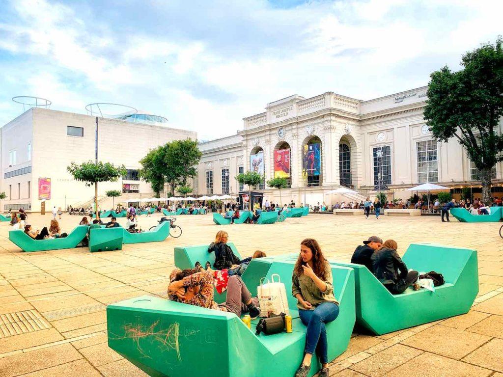 Auf dem Gelände des Wiener Museumsquartier ist bis spät in die Nacht Betrieb