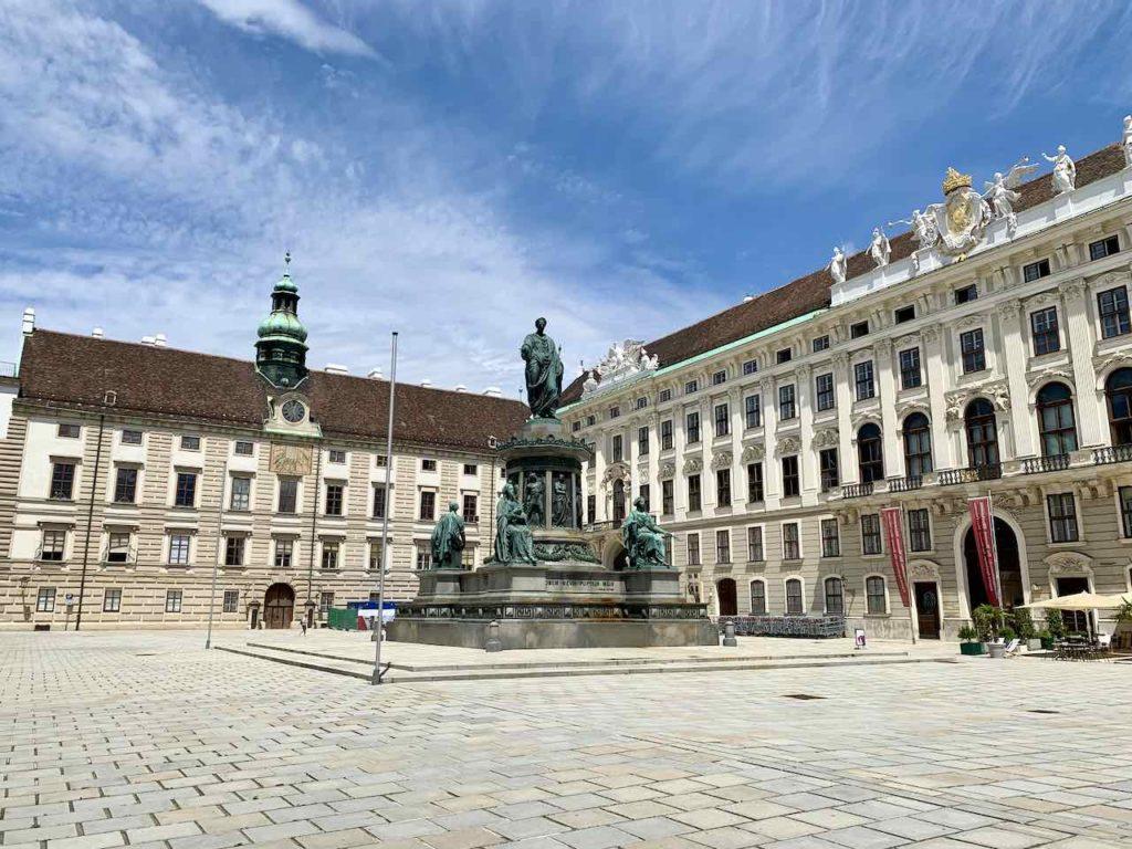 Wien Hofburg: In der Burg mit Denkmal von Kaiser Franz I
