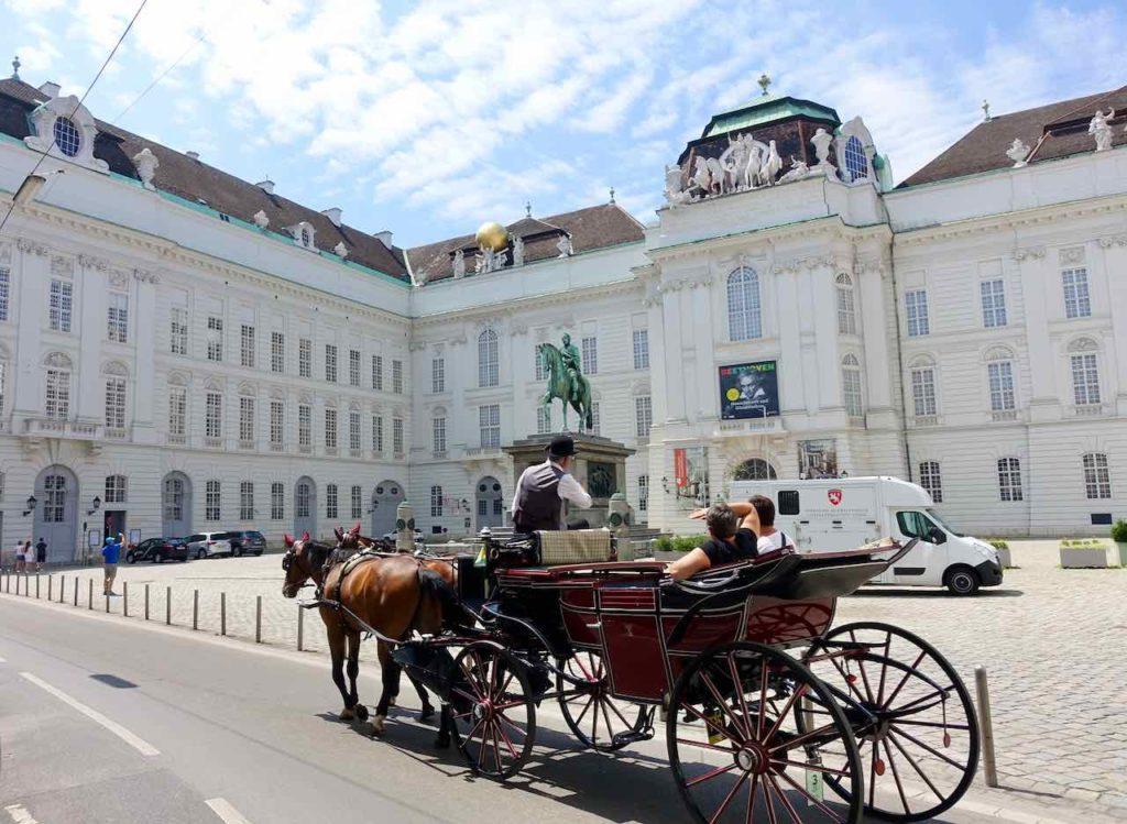 Wien Hofburg: Josephsplatz mit Augustinerkirche und Österreichischer Nationalbibliothek