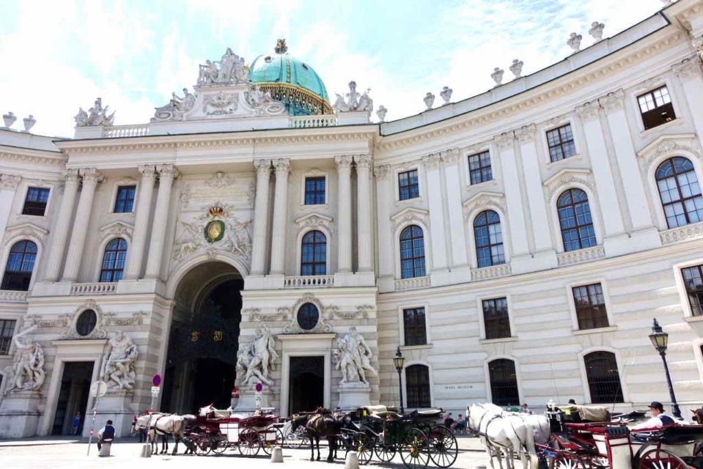 Fiaker auf dem Michaelerplatz in Wien, am Eingang der Hofburg