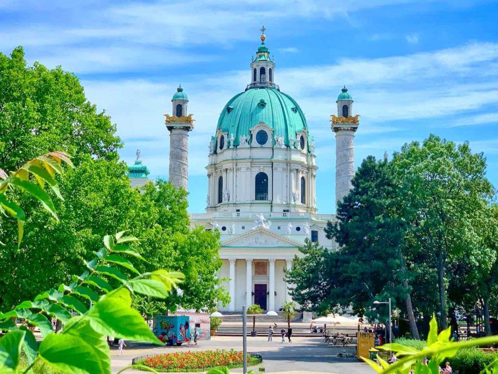Die im Barockstil erbaute Wiener Karlskirche gehört zu den Sehenswürdigkeiten von Wien