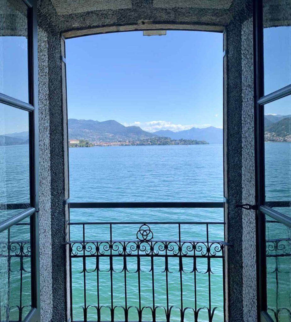 Borromäische Inseln: Ausblick vom Palazzo Borromeo auf Isola Bella auf dem Lago Maggiore, Italien