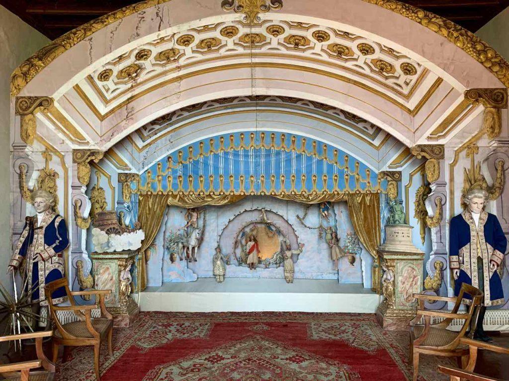 Bühnenbild im Puppensaal im Palazzo Borromeo auf der Isola Madre auf dem Lago Maggiore, Italien