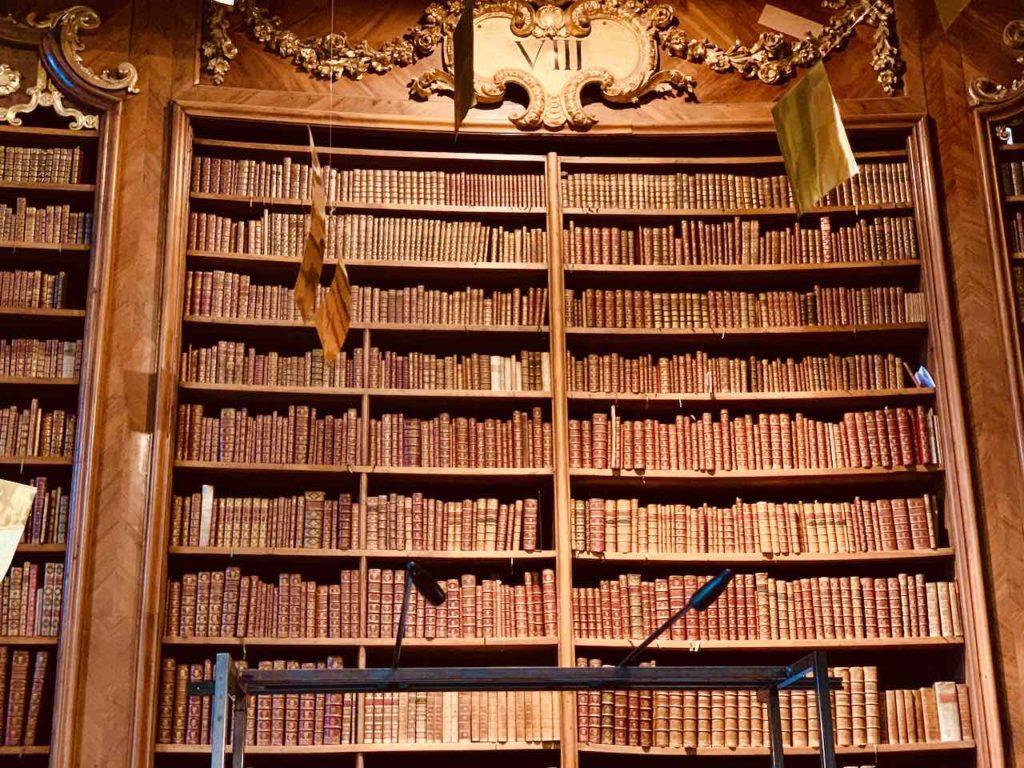 Bücherregal im Prunksaal der Österreichischen Nationalbibliothek