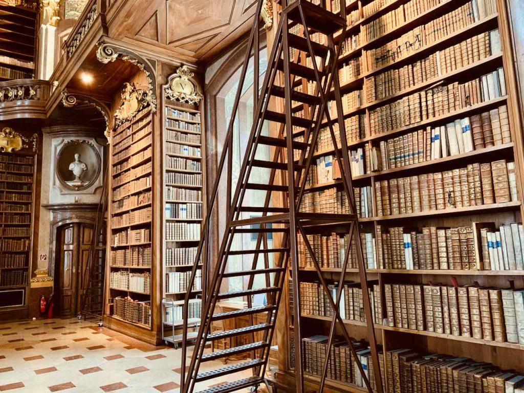 Bücherregal mit Leiter im Prunksaal der Österreichischen Nationalbibliothek