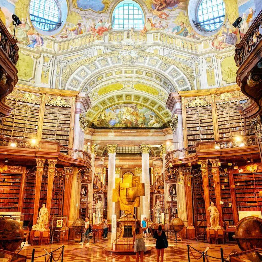 Halbtotale mit Globen des Prunksaals der Österreichischen Nationalbibliothek