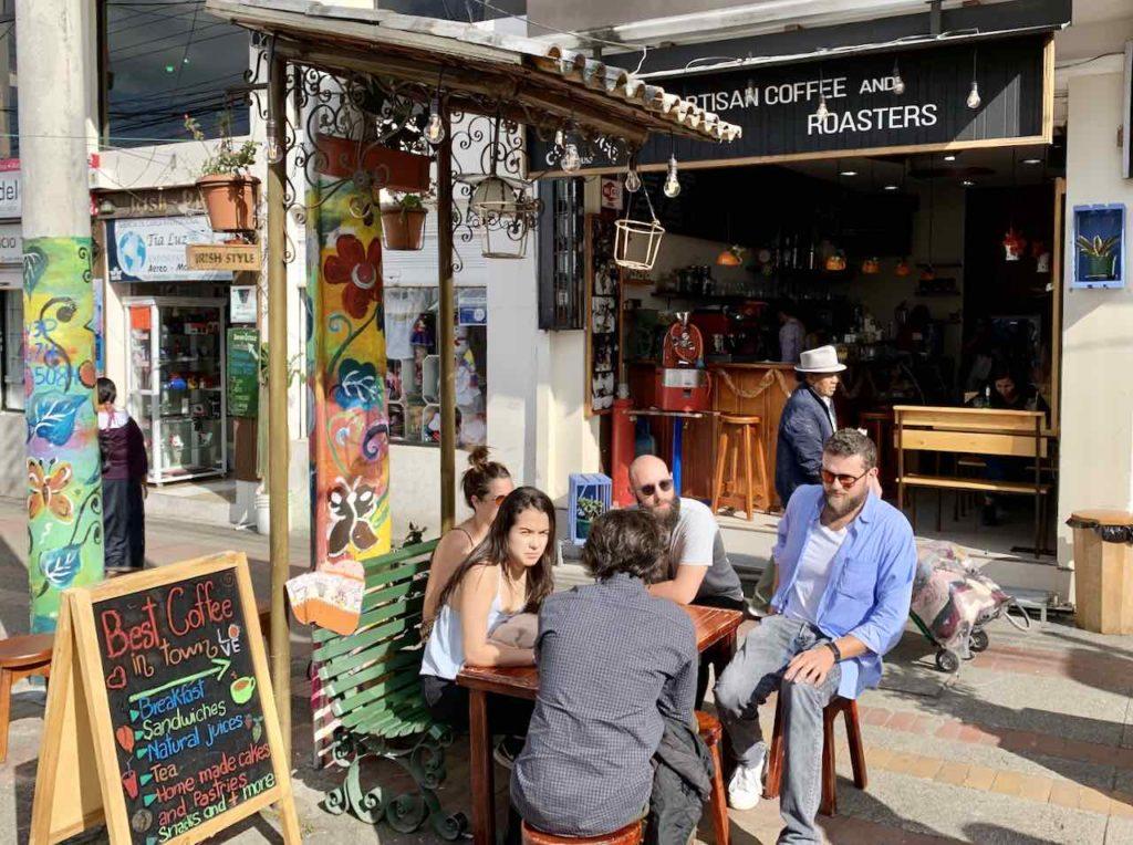 Café an der Plaza de Los Ponchos in Otavalo