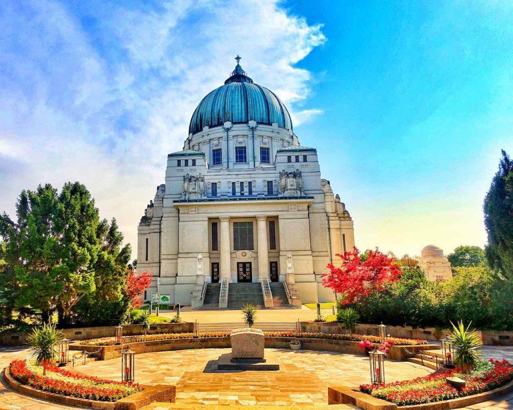 Die Friedhofskirche zum heiligen Karl Borromäus auf dem Zentralfriedhof Wien ist auch bekannt unter dem Namen Dr.-Karl-Lueger-Gedächtnis-Kirche