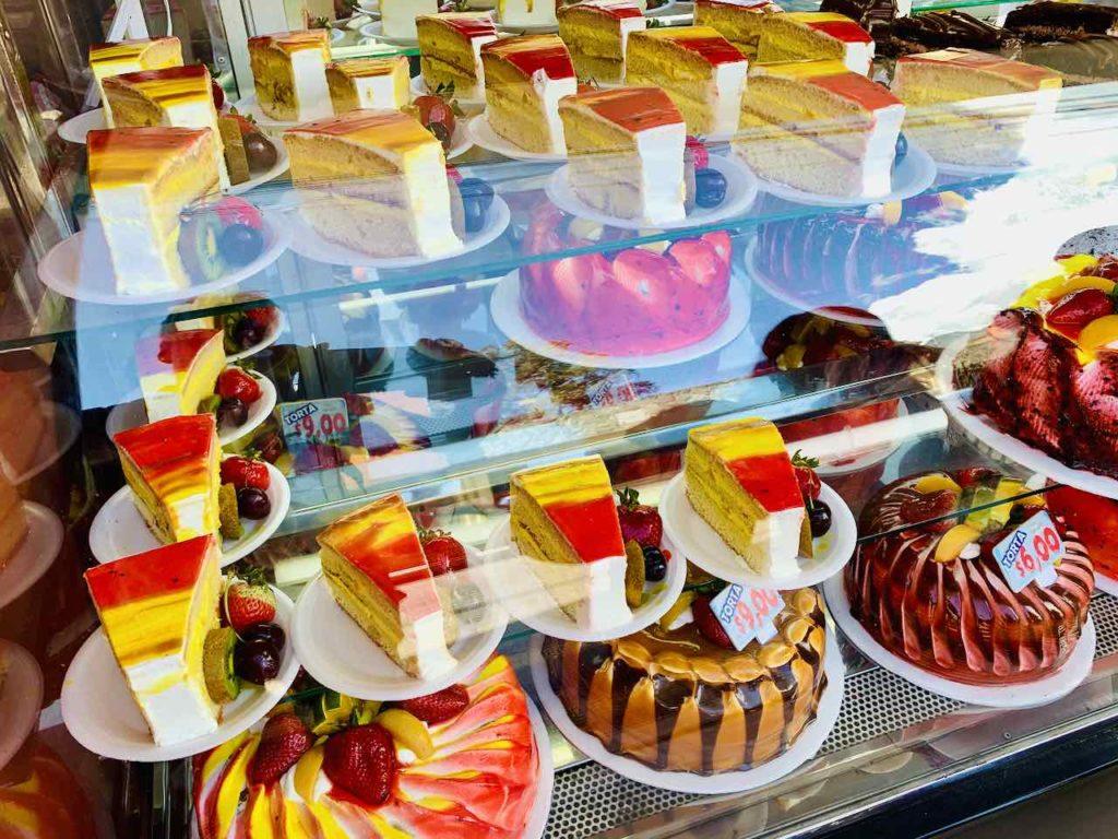 Die Otavaleños mögen ihren Kuchen gerne bunt Foto PetersTravel Peter Pohle