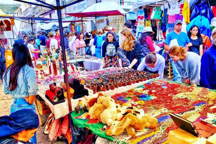 Indiomarkt in den Straßen von Otavalo Foto PetersTravel Peter Pohle