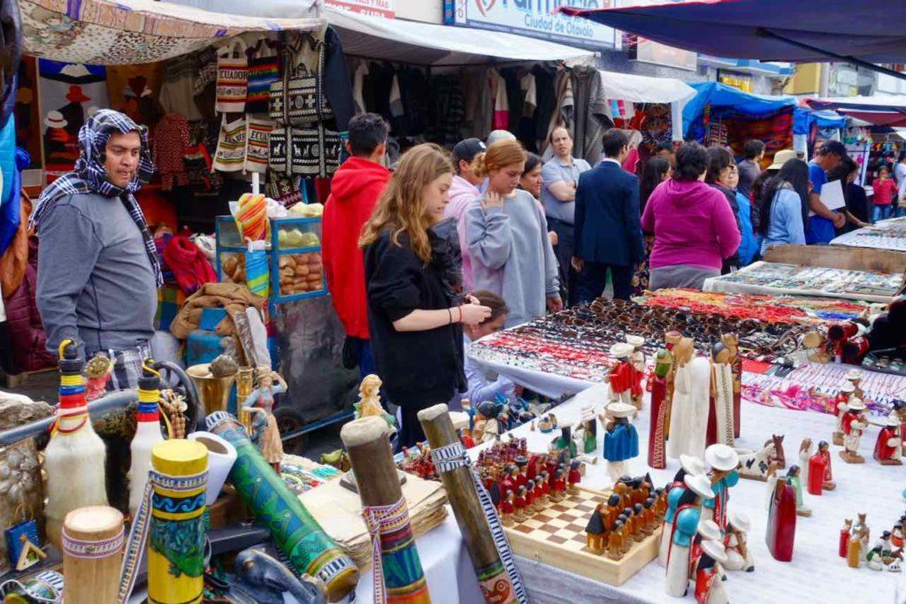 Indiomarkt in den Straßen von Otavalo