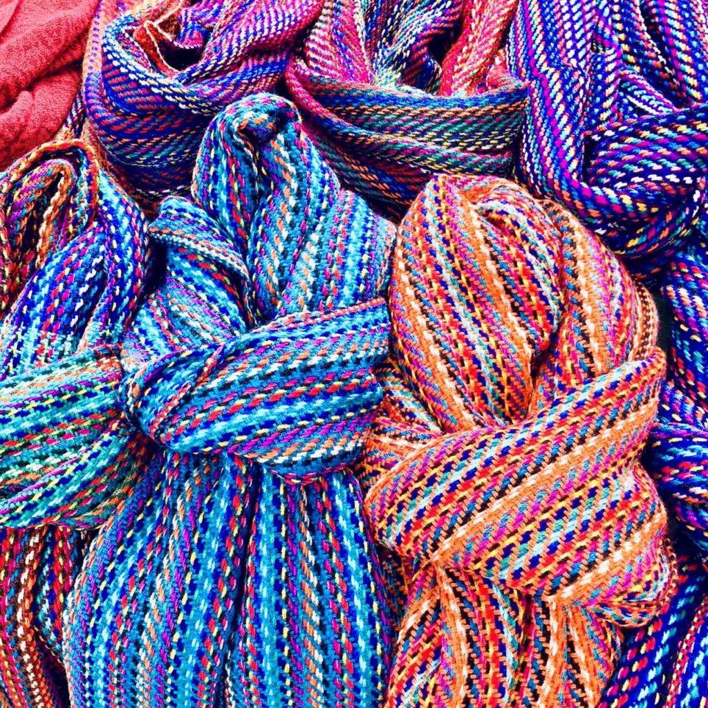Schals auf dem Indiomarkt in Otavalo
