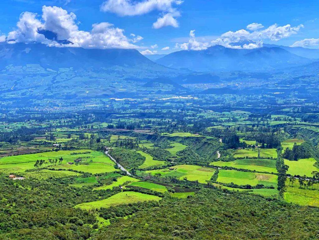 Ausblick vom Sendero Las Orquideas auf der Wanderung um die Lagune Cuicocha, Ecuador