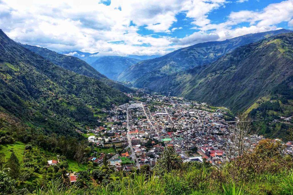 Blick auf den von Bergen umgebenen Talort Baños, die Abenteuerhauptstadt von Ecuador