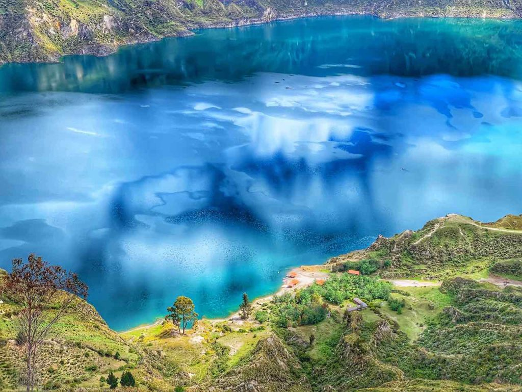 Blick zum Kratersee der Quilotoa Lagune mit der Playita Quilotoa