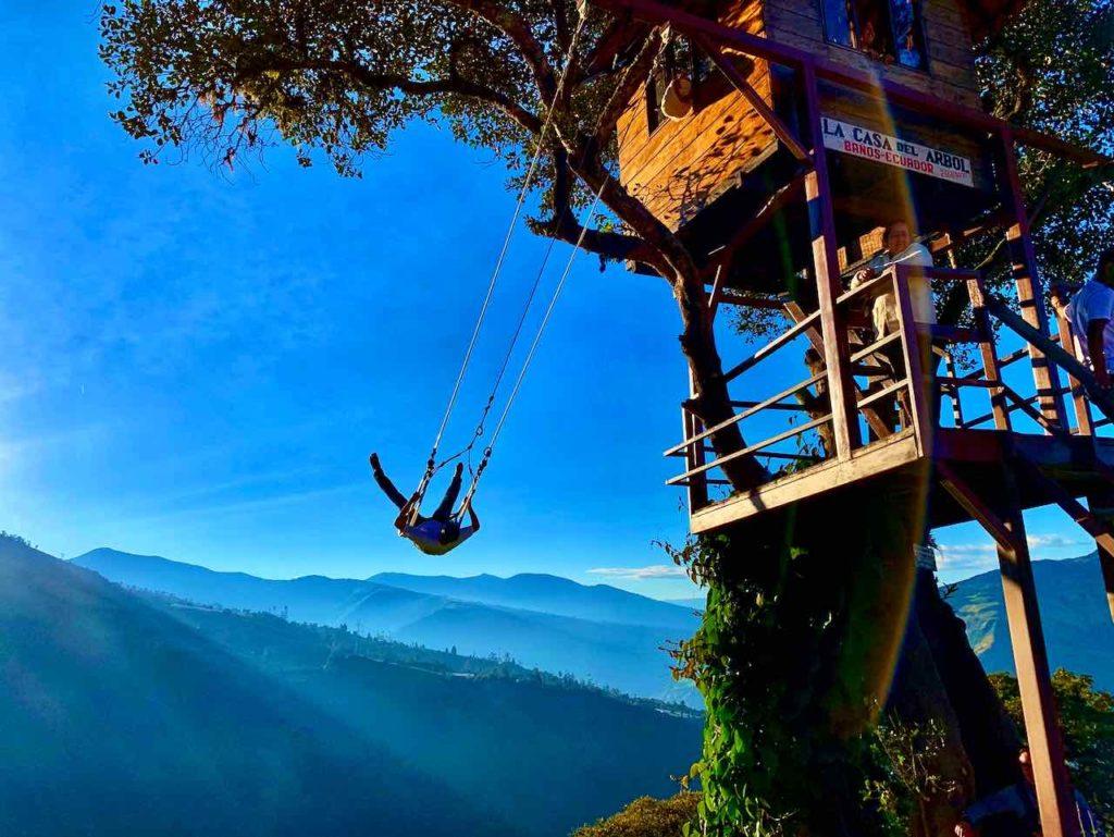 Schaukeln über dem Abgrund: Swing at the End of the World bei der Casa del Arbol in Baños, Ecuador