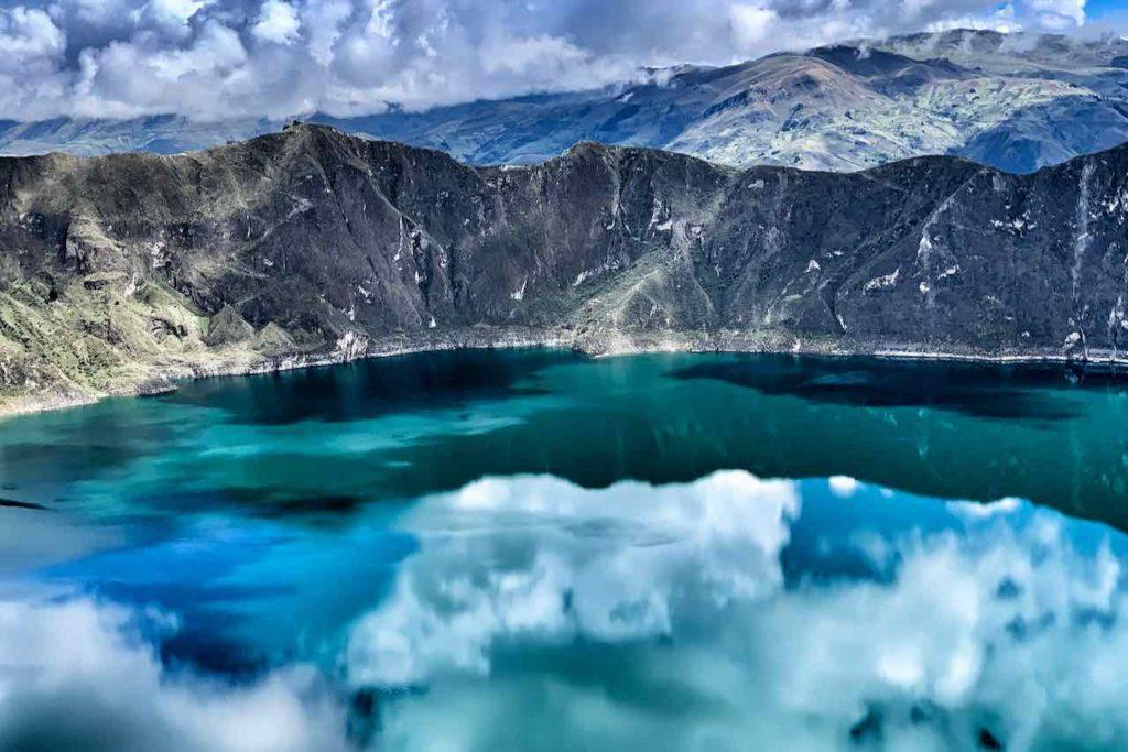 Spiegelung der Wolken in der Lagune Quilotoa, Ecuador
