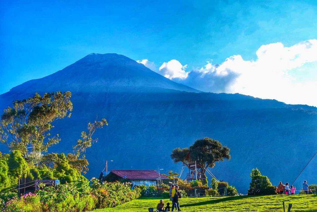 Ecuador: Park der Casa del Arbol mit Blick auf den Vulkan Tungurahua