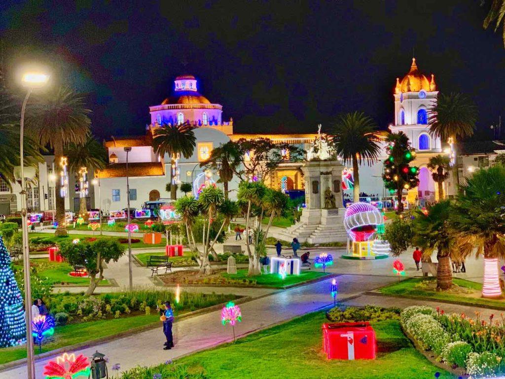 Die zentrale Plaza Parque Vicente León in Latacunga am Abend
