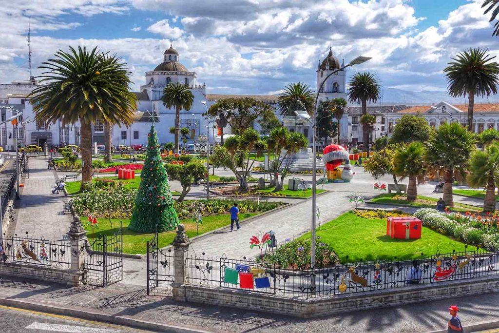 Die zentrale Plaza Parque Vicente León in Latacunga am Tage
