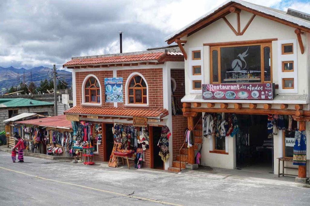 Restaurants und Andenkenladen in Quilotoa in den ecuadorianischen Anden