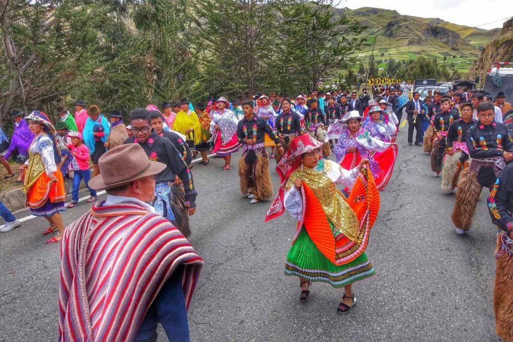 Straßenumzug in den ecuadorianischen Anden zwischen Quilotoa und Latacunga