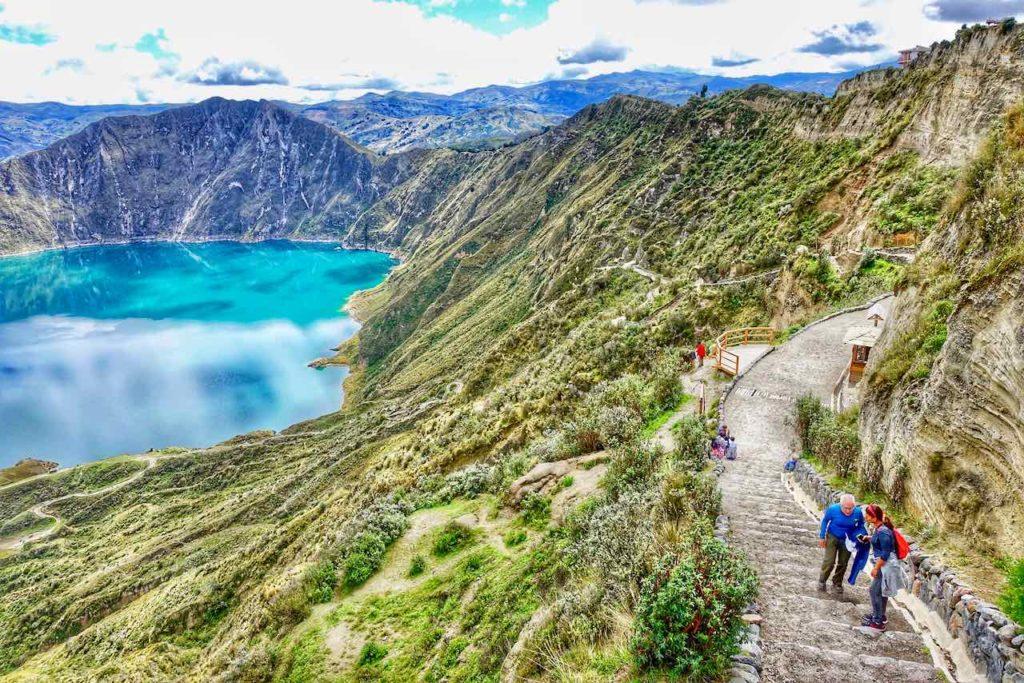 Weg zum Kratersee der Quilotoa Lagune in Ecuador
