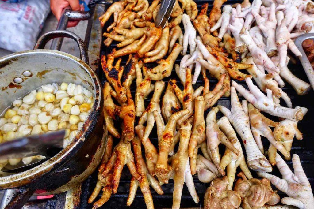Lecker Essen auf dem Markt in Alausí ...