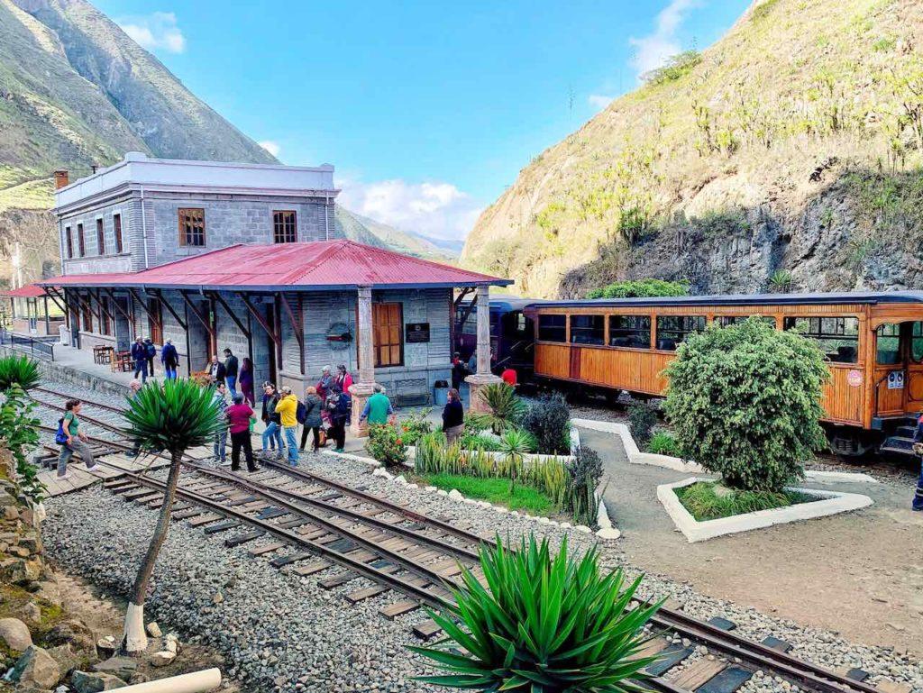 Bahnhof von Sibambe auf der Zugfahrt zur Nariz del Diablo in Alausí