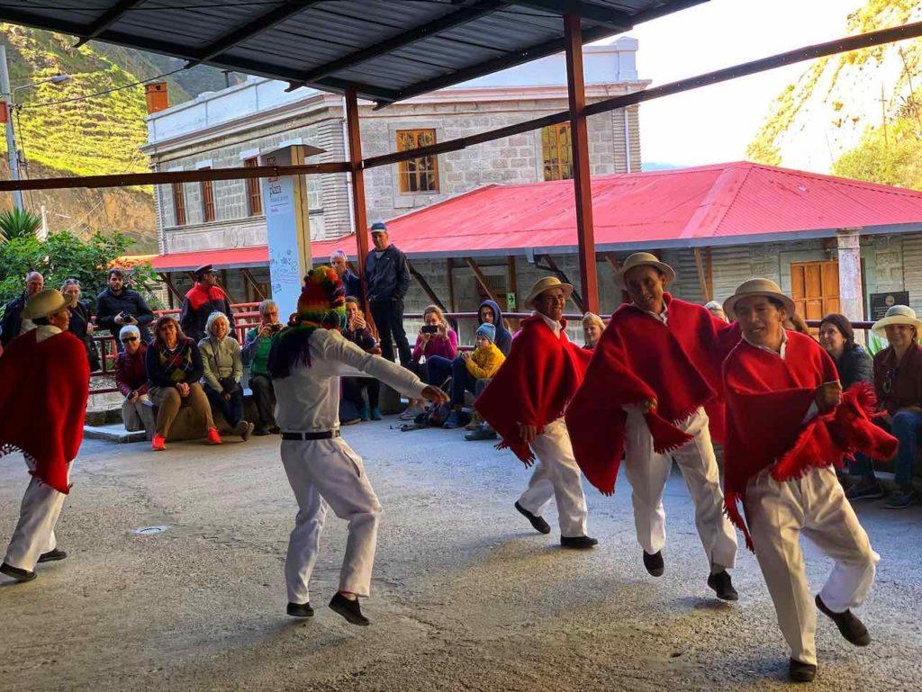 Folklore-Darbietung auf dem Bahnhof von Sibambe auf der Zugfahrt zur Nariz del Diablo