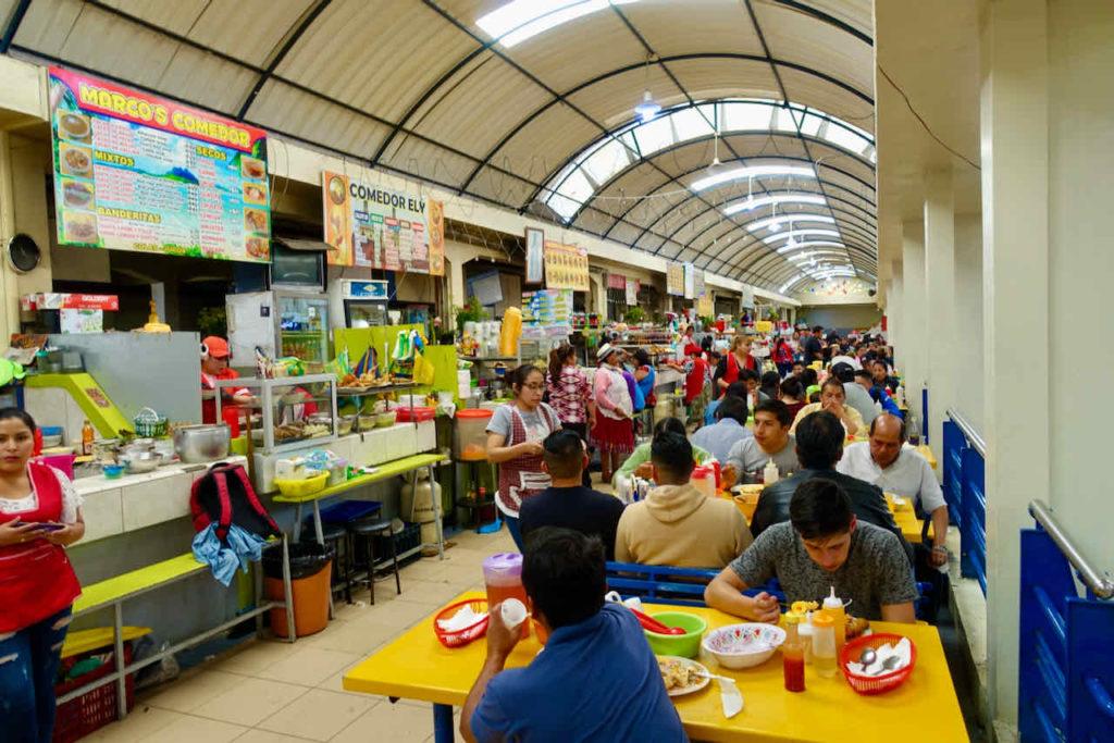 Foodstalls in der Markthalle in Cuenca, Ecuador