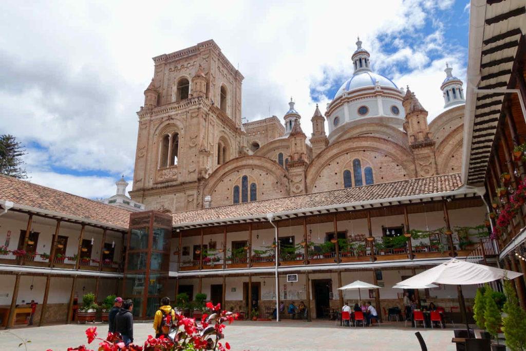 Innenhof mit Cafés vor der Neuen Kathedrale in Cuenca Ecuador