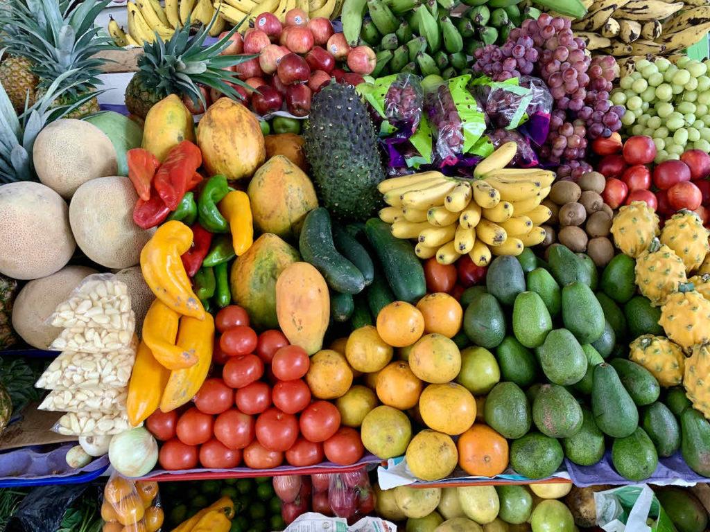 Obststand in der Markthalle in Cuenca, Ecuador