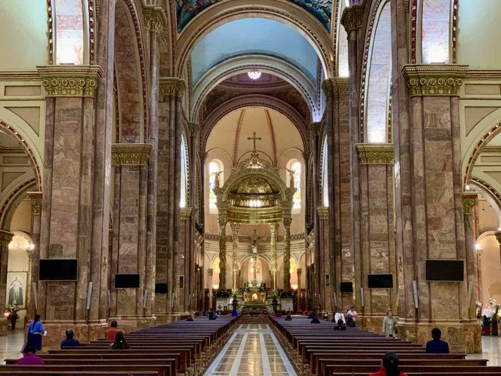 Innenraum der Neuen Kathedrale in Cuenca Ecuador