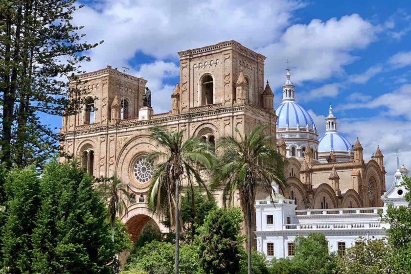 Nueva Catedral mit Parque Abdón Calderón in Cuenca Ecuador