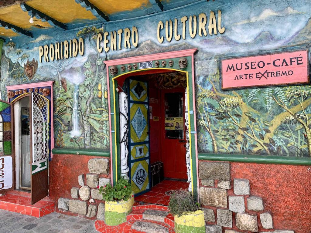 Eingang des Prohibido Centro Cultural in Cuenca, Ecuador