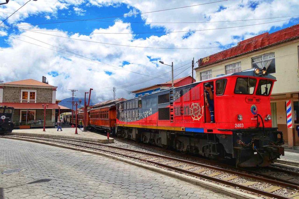 Zug vor dem Bahnhof von Alausí