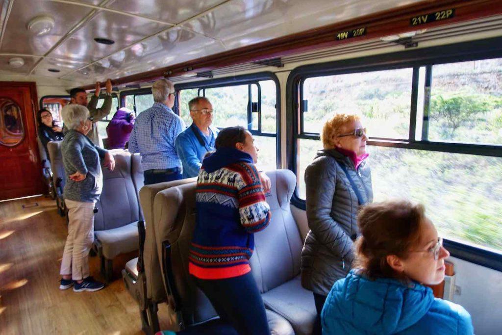 Touristen im Wagon auf der Zugfahrt zur Nariz del Diablo