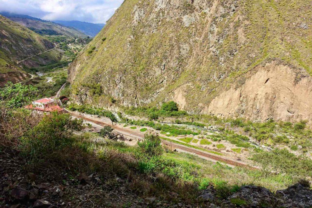 Zugfahrt zur Nariz del Diablo: Tief unten im Tal liegt der Bahnhof von Sibambe