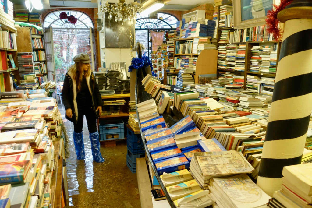 Land unter in der Buchhandlung Libreria Acqua Alta, Venedig