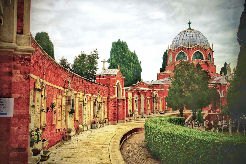 Chiesa San Cristoforo mit Wandgräbern auf Venedigs Friedhof San Michele