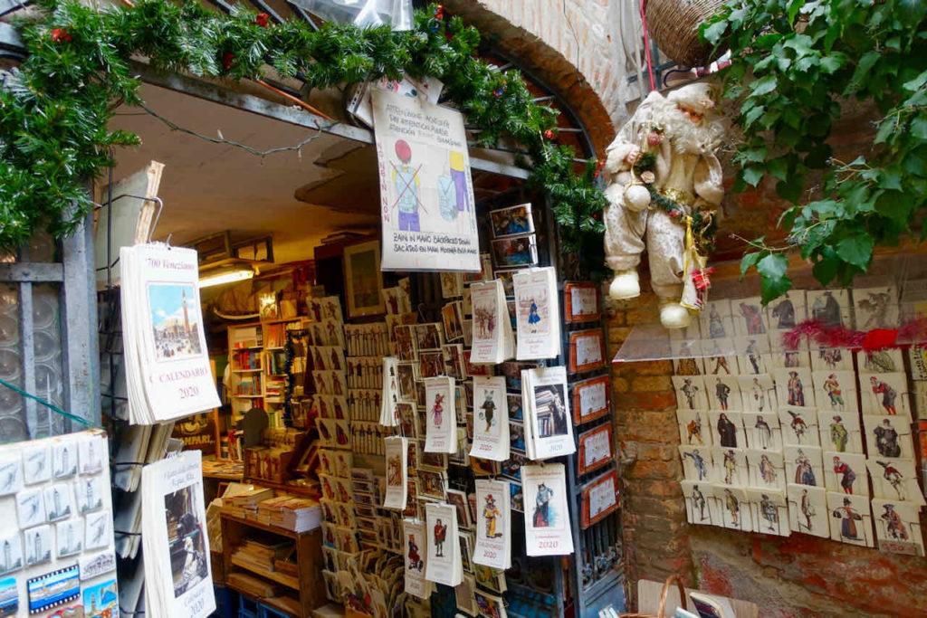Eingang der Buchhandlung Libreria Acqua Alta, Venedig