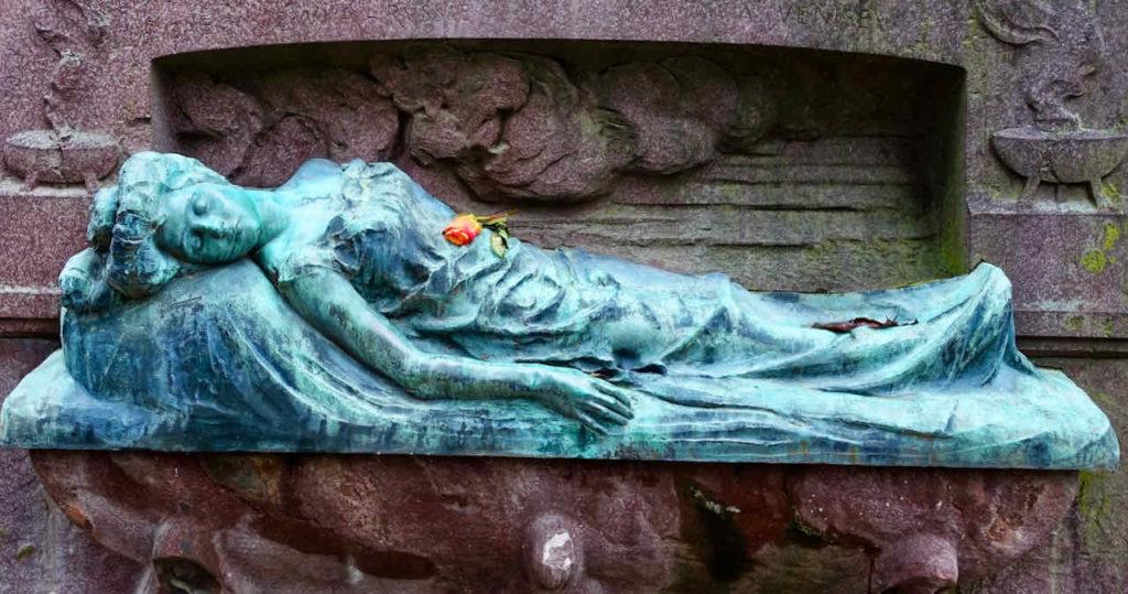 Venedigs Friedhof San Michele: Die 22jährige russische Adlige Sonia Kailensky (1885 - 1907) wollte sich eigentlich beim Karneval in Venedig von ihrem Liebeskummer ablenken, verübte dort aber dann Selbstmord.