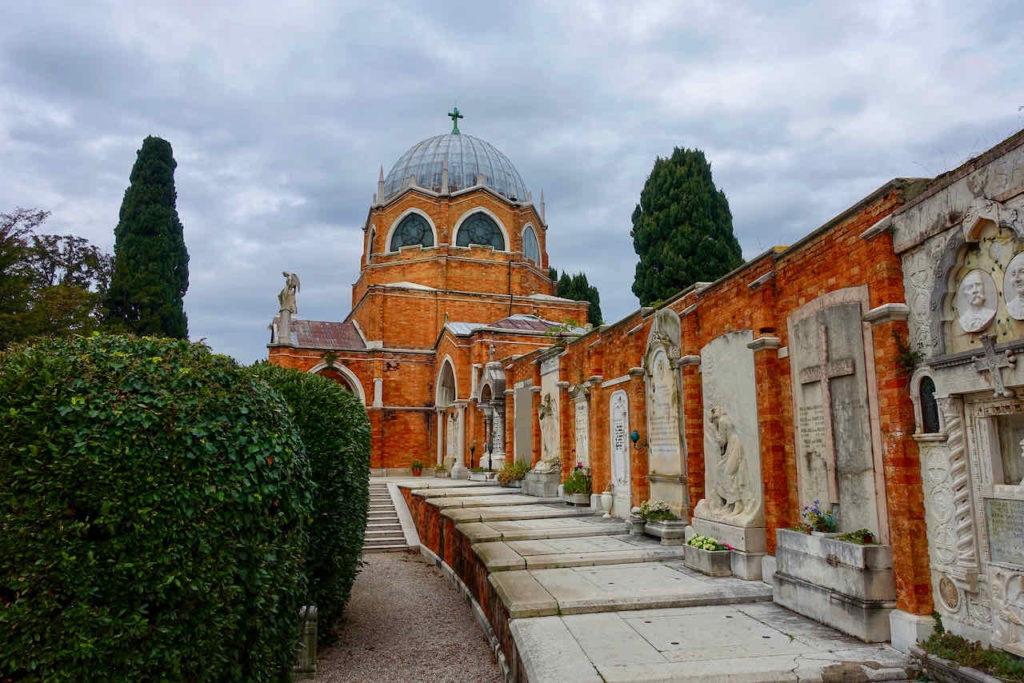 Historische Wandgräber vor der Chiesa San Cristoforo auf der Friedhofsinsel San Michele