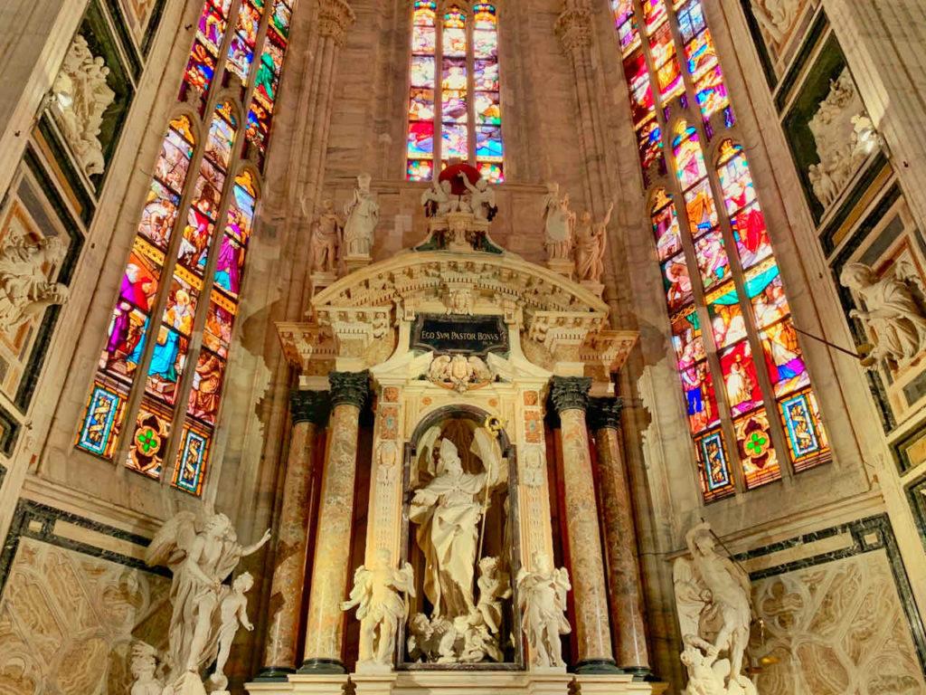 Altar mit Buntglasfenster im Mailänder Dom