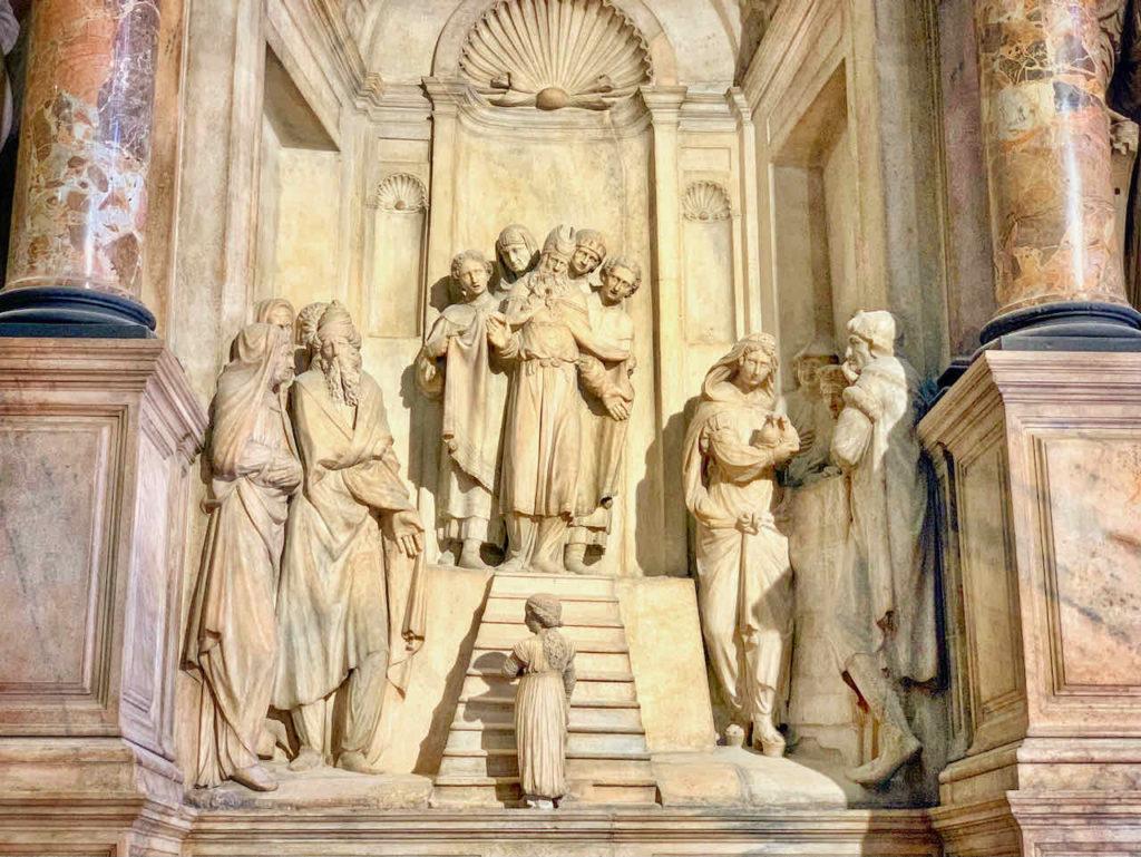 Wandrelief in der Mailänder Kathedrale