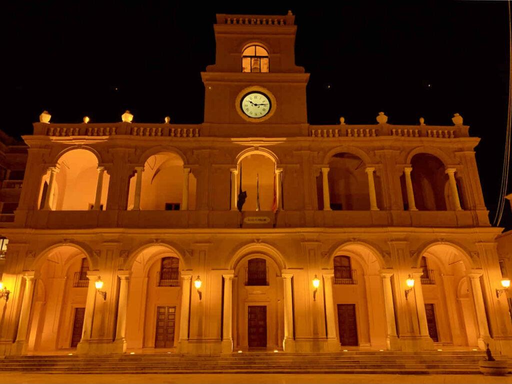 Nachtaufnahme vom Palazzo VII Aprile auf der Piazza della Repubblica in Marsala, Sizilien
