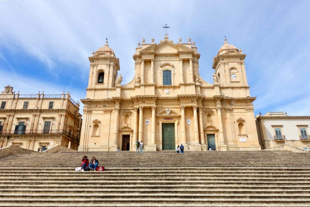 Freitreppe vor Kirche in Noto auf Sizilien