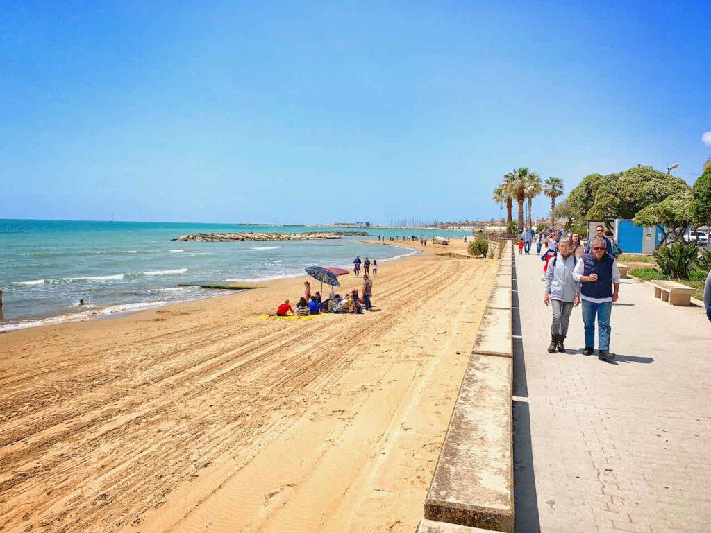 Anfang Mai: Strand von Marina di Ragusa, Sizilien