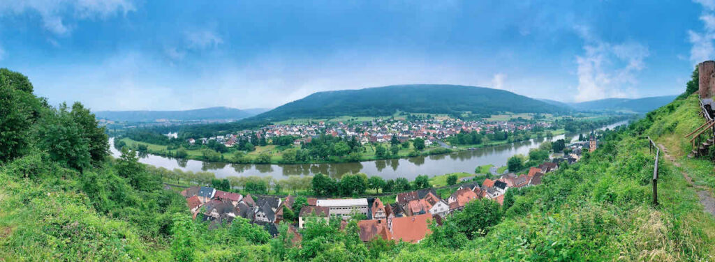 Blick von der Henneburg auf Stadtprozelten und das Maintal